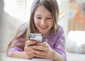 Thói quen sử dụng điện thoại có thể gây nên cằm chảy sệ