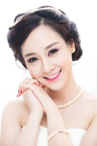Hướng dẫn cách chọn kiểu tóc cực đẹp cho cô dâu cằm ngắn